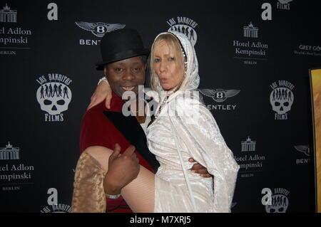 Birgit Stein (Ex-Frau von Schauspieler Jürgen Prochnow) und Sqeezer Sänger Jim Reeves (†) Los Banditos-Party im Hotel ADLON Kempinski 10.02.2013 Stock Photo