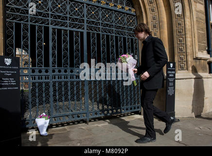 Cambridge, Britain. 14th Mar, 2018. A student lays flowers at the gate of Gonville and Caius College at the University - Stock Photo