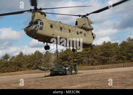Aircrew from the New York Army National Guard's Bravo Company, 3rd Battalion 126th Aviation conduct sling-load training - Stock Photo