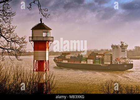 Deutschland, Hamburg, Rissen, Elbe, Leuchttturm, Containerschiff - Stock Photo