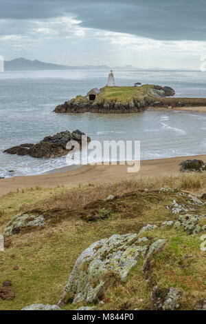UK, Anglesey, Newborough, 11th March 2018. A view of Twr Bach Lighthouse on Llanddwyn Island with the Llyn Peninsula in the background. Stock Photo