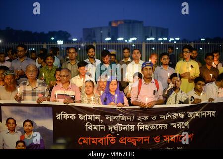 Dhaka, Bangladesh . 15th March, 2018. Bangladeshi social activists take part in a candle light vigil in honor of - Stock Photo