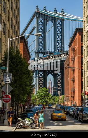 Manhattan Bridge a suspension bridge that crosses the East River in New York City, connecting Lower Manhattan at - Stock Photo