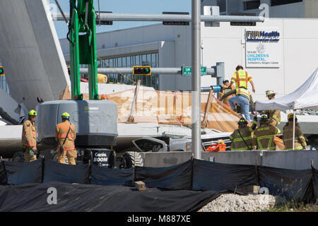 Miami, USA. 15th Mar, 2018. Police and first responders work on the scene at the footbridge collapse site in Miami, - Stock Photo