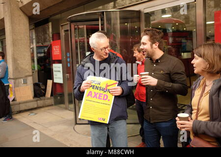King's College, London, UK. 16th Mar, 2018. Striking university lecturers stand in a picket line outside King's - Stock Photo