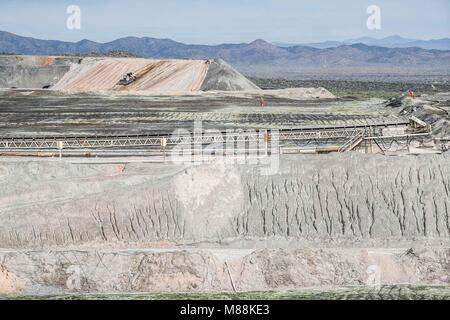 Leaching process Solid extraction of a rock based on solvent liquid, solid pulverized. Mining, chemistry, ecology, - Stock Photo