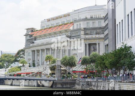 The Fullerton Hotel across Cavenagh Bridge, Empress Place, Downtown Core, Central Area, Singapore Island (Pulau - Stock Photo
