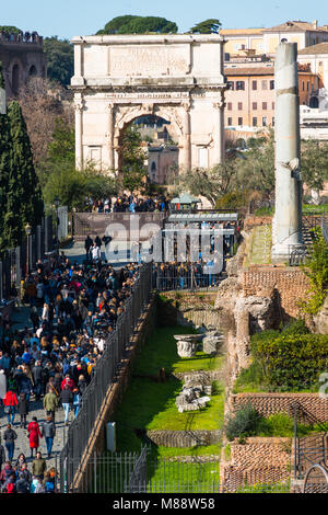 Tourists queuing to enter Palatine Hill and Roman Forum, with the Arch of Constantine to the rear. Elevated view - Stock Photo