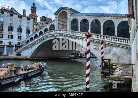 Rialtobrücke am Canale Grande in Venedig - Stock Photo