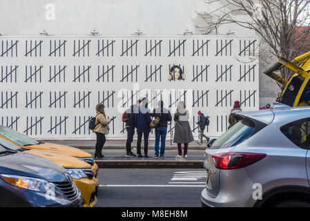 New York, NY, USA. 16th March, 2018. - Photographers and art lovers flock to Houston Street to view one of two new - Stock Photo