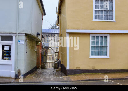 Cobbled alleyway towards St Marys parish church between two buildings on Market Hill, Woodbridge, Suffolk. Winter, - Stock Photo