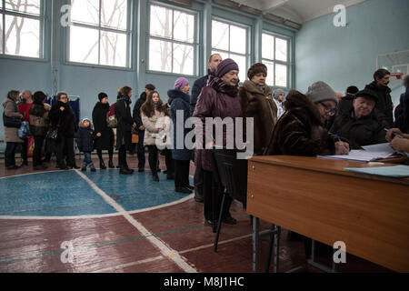 Saint Petersburg, Russia. 18th Mar, 2018. People queue to receive their ballot papers during the 2018 Russian presidential - Stock Photo