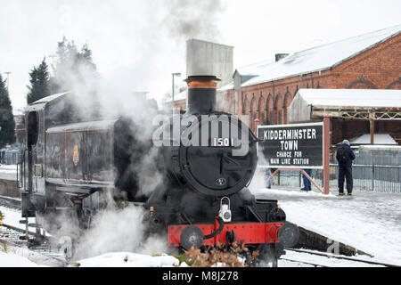 Kidderminster, UK. 18th March, 2018. Severn Valley Railway crew and enthusiasts ignore the snow to enjoy the last - Stock Photo