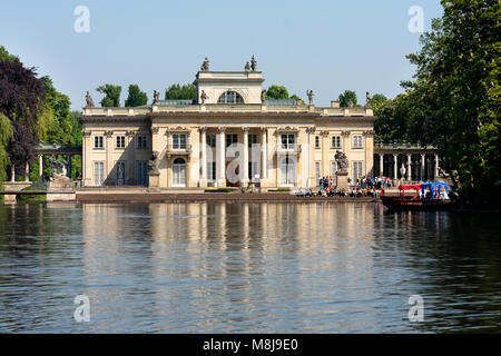 Tourists visiting the Royal Palace on the Water in Lazienki Park (Royal Baths Park), major tourist attraction. WARSAW - Stock Photo