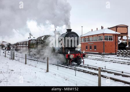 Kiddminster, UK. 18th March, 2018. LNER 'B12' type steam locomotive No. 8572 departs from Kidderminster Station - Stock Photo