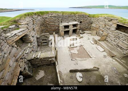 Skara Brae Stone Age Neolithic village at Skaill, Orkney, Scotland. Interior, box beds, hearth and dresser 3100 - Stock Photo