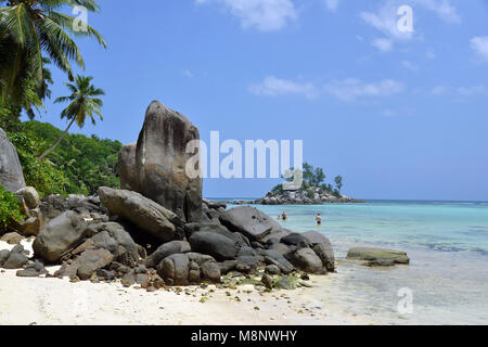 22 January 2018, Seychelles, Anse Royale: The beach in the Anse Royale district, a 3-kilometer-long bay of the same name on the south-east coast of the main island of Mahe in the Seychelles. Black granite rocks of various shapes form an optical contrast to the turquoise water and white sand. The Seychelles is an archipelago of 115 islands in the Indian Ocean. Its beaches are considered among the most beautiful in the world. | usage worldwide