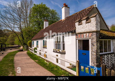 The lock-keeper's cottage at Lock 76 on the Grand Union Canal, in Cassiobury Park, in Watford, England. - Stock Photo