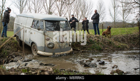 Mit historischen VW-Bussen vom Typ T1 (Baujahre 1950 bis 1967) ist eine Gruppe von Bulli-Freunden unterwegs im Gelände. - Stock Photo