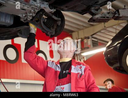 ATU. Mechaniker im Einsatzt. Mechaniker im Einsatz - Stock Photo