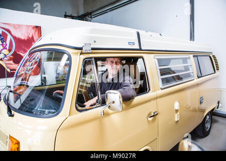 Stolzer Besitzer: Olaf Kuntze am Steuer des 'Neuwagens' VW Bulli 1978 - Stock Photo