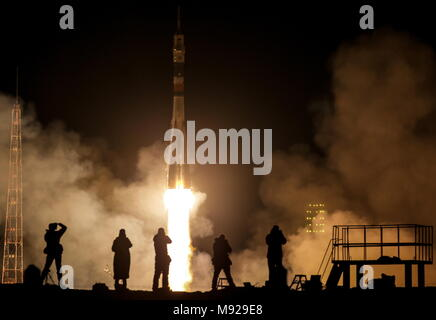 Baikonur Cosmodrome, Kazakhstan. 21st Mar, 2018. Photographers taking pictures of a Soyuz-FG rocket booster carrying the Soyuz MS-08 spacecraft with the ISS Expedition 55/56 main crew of Roscosmos cosmonaut Oleg Artemyev and NASA astronauts Richard Arnold, Andrew J. Feustel aboard blast off to the International Space Station from the Baikonur Cosmodrome. Sergei Savostyanov/TASS Credit: ITAR-TASS News Agency/Alamy Live News - Stock Photo