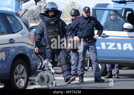 Florence, Italy. 23rd March, 2018. Florence, bomb alarm in front of the American Consulate in Florence container with electric wires placed in the water bottle compartment of a bicycle. 03/23/2018 Florence Italy Credit: Independent Photo Agency Srl/Alamy Live News - Stock Photo