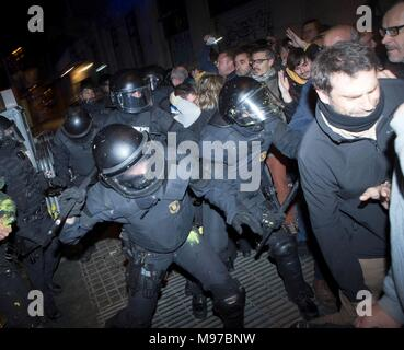 Madrid, Spain. 23rd Mar, 2018. Catalonian riot police members and protesters clash during a protest at the headquarters of the Spanish Government Delegation in the Autonomous Community of Catalonia in Barcelona, northern Spain, 23 March 2018, after High Court's judge investigating the Catalan independence process in Catalonia Pablo Llarena announced temporary imprisonment against politicians involved. Credit: EFE News Agency/Alamy Live News - Stock Photo