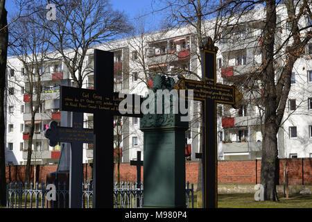 Alter Berliner Garnisonfriedhof. Die Linienstraße ist eine knapp zwei Kilometer lange Straße mit vielen Gegensaetzen im Berliner Ortsteil Mitte: DEUTS - Stock Photo