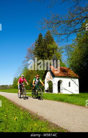 Radtour, Paar beim Fahrrad fahren, Fahrradfahrer vor der Antoniuskapelle, Bad Heilbrunn, Oberbayern, Bayern, Deutschland, - Stock Photo
