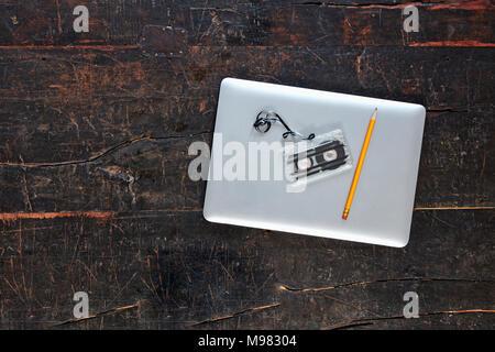 tisch von oben mit buisinessutensilien - Stock Photo