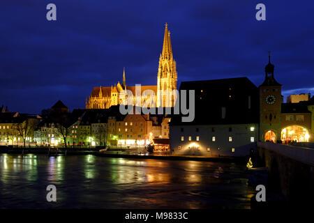 Stadtansicht mit Dom St. Peter, vorne die Donau, bei Dämmerung, Regensburg, Oberpfalz, Bayern, Deutschland, - Stock Photo