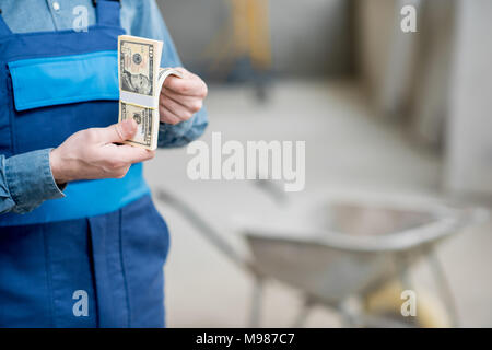 Builder counting money - Stock Photo