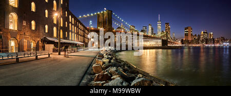 Main Street Park waterfront in evening with view of skyscrapers of Lower Manhattan and the Brooklyn Bridge. Brooklyn, Manhattan, New York City Stock Photo