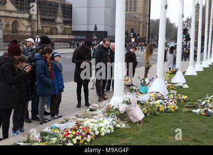 London,UK,24th March 2018, Flowers and tributes left on Parliament Square to remember the people who lost their lives a year ago on Westminster bridge and in front of the Houses of Parliament. Credit Keith Larby/Alamy Live News - Stock Photo
