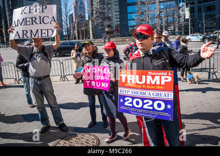 New York, USA. 24 March 2018. A handful of supporters of US President Donald Trump demonstrate against a 'March For Our Lives' protest demanding gun control in New York City. Photo by  Enrique Shore/Alamy Live News - Stock Photo