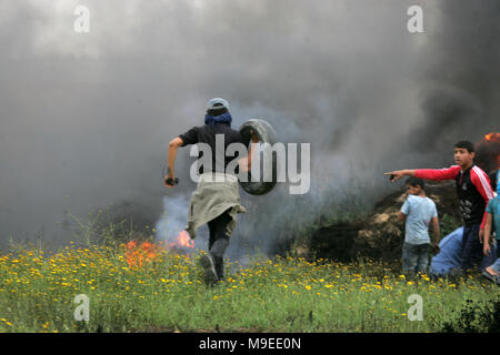 Gaza, Palestinian territories. 23rd march, 2018.   A Palestinian demonstrators hurls stones at Israeli troops during clashes with Israeli troops near  - Stock Photo