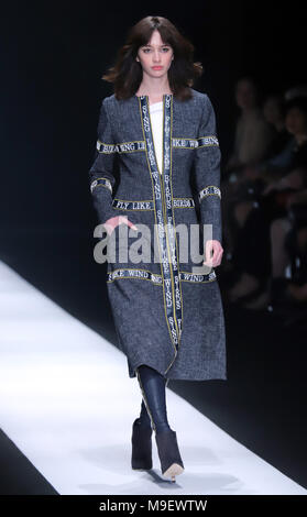 Tokyo, Japan. 20th Mar, 2018. A model displays a creation of Japanese designer Tae Ashida at her 2018 autumn/winter collection in Tokyo as a part of Fashion Week Tokyo on Friday, March 23, 2018. Credit: Yoshio Tsunoda/AFLO/Alamy Live News