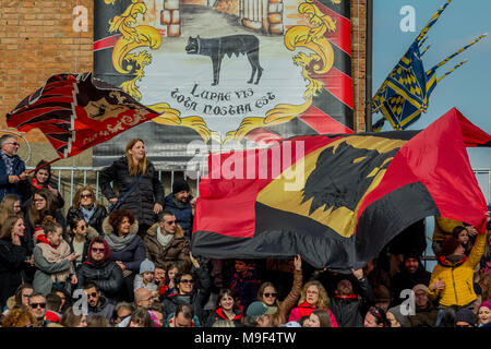 Torrita Di Siena, Italy, 25 March 2018.  Viewers wait the start of the donkeys palio on March 25, 2018 in Torrita di Siena,The 62nd edition of the Palio dei somari (Donkey race) has taken place in Torrita di Siena, from 17 to 25 of March. © Stefano Mazzola / Awakening / Alamy News - Stock Photo