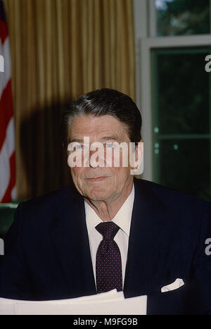 Washington, DC., USA, June 30, 1985  President Ronald Reagan Oval Office speech to the nation about the release of the hostages from the TWA hijacked airplaner in the middle east. Credit: Mark Reinstein/MediaPunch - Stock Photo