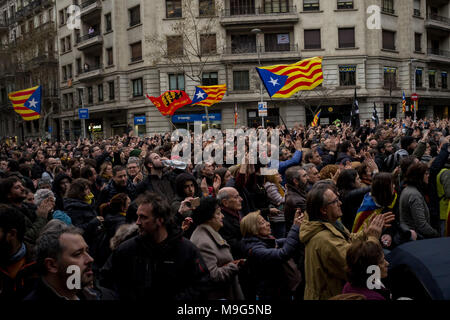 Barcelona, Catalonia, Spain. 25th Mar, 2018. People with estelades or pro-independence flags go on the streets of Barcelona, protests erupted after deposed Catalan president Carles Puigdemont was arrested by German police on an international warrant. Credit: Jordi Boixareu/ZUMA Wire/Alamy Live News - Stock Photo