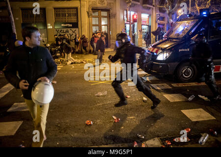 Barcelona, Catalonia, Spain. 25th Mar, 2018. Riot police charge in Barcelona. Protests erupted on the streets of Barcelona after deposed Catalan president Carles Puigdemont was arrested by German police on an international warrant. Credit: Jordi Boixareu/ZUMA Wire/Alamy Live News - Stock Photo