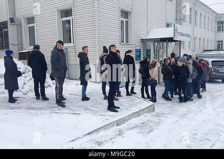 Kemerovo, Russia. 26th Mar, 2018. KEMEROVO, RUSSIA - MARCH 26, 2018: Kemerovo residents wait in line outside a blood transfusion center to donate blood for people injured in a fire at the Zimnyaya Vishnya shopping centre on March 25, 2018. Press Office of the youth team of All-Russia People's Front/TASS Credit: ITAR-TASS News Agency/Alamy Live News - Stock Photo