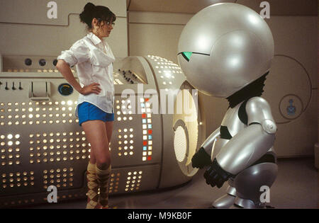 THE HITCHHIKER'S GUIDE TO THE GALAXY 2005 Touchstone Pictures film with Zooey Deschanel at left as Trillian and Warwick Davis as Marvin the robot - Stock Photo