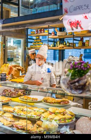 Two Italian men serving sandwiches at Mercato Centrale Roma next to Roma Termini railway station, Rome, Lazio, Italy. - Stock Photo
