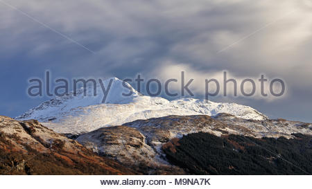 A long exposure of Ben Lomond photographed between heavy snow fall. Inveruglas, Scotland. - Stock Photo