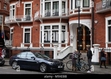 London, UK. 29th March, 2018. Fashion designer Vivienne Westwood arrives outside the Ecuadorian embassy to show support for Julian Assange following yesterday's announcement that Ecuador had cut the means by which he may communicate with the outside world from their embassy. Credit: Mark Kerrison/Alamy Live News - Stock Photo