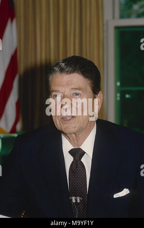 Washington DC., USA, June 30, 1985 President Ronald Reagan delivers an address to the nation from the Oval Office of the White House annoucning the release of the hostages from TWA flight 847 that was hijacked  by Shiite Hezbollah terrorists on June 14th. Credit: Mark Reinstein/MediaPunch - Stock Photo