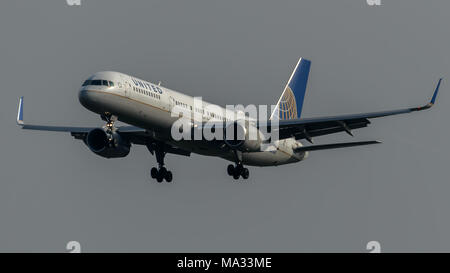 United Airlines Boeing 757 landing at Heathrow Airport - Stock Photo