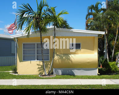 Classic Florida Single Wide Mobile Home in Trailer Park, © Katharine Andriotis - Stock Photo